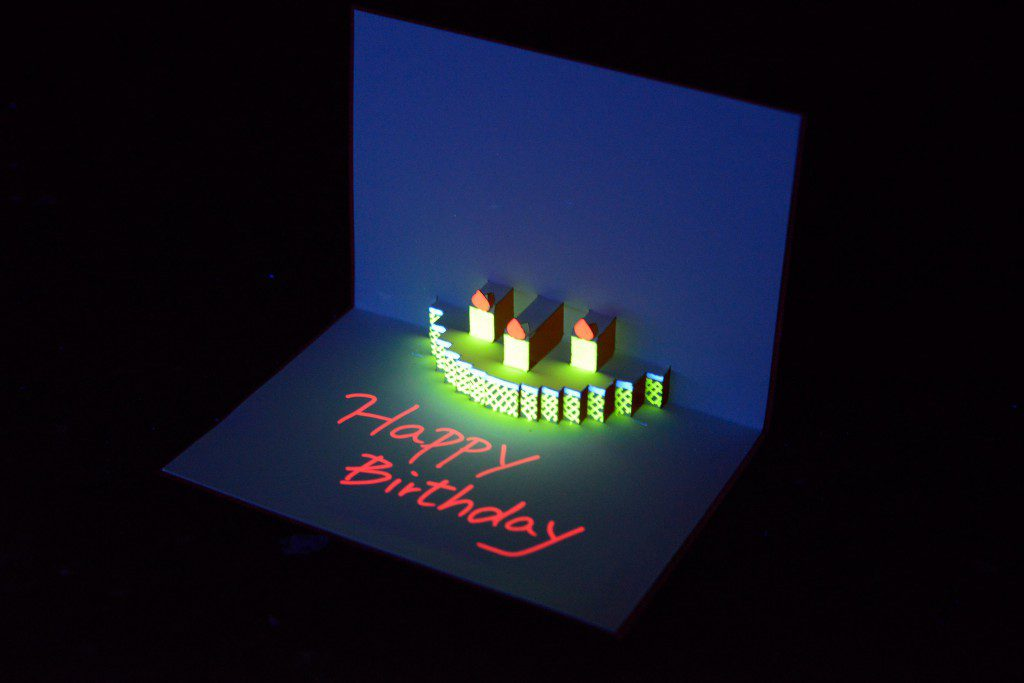 トリックマーカーを使ってブラックライトで光るポップアップカードを作りました