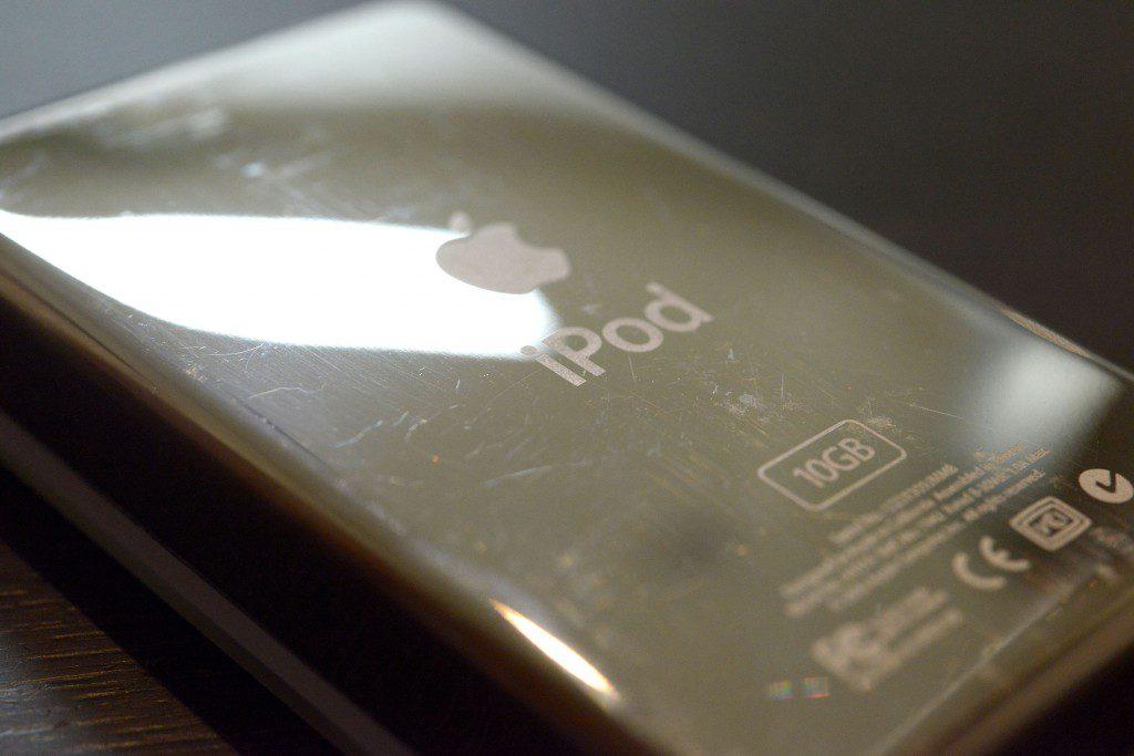 iPodの背面ステンレスをひたすら磨く