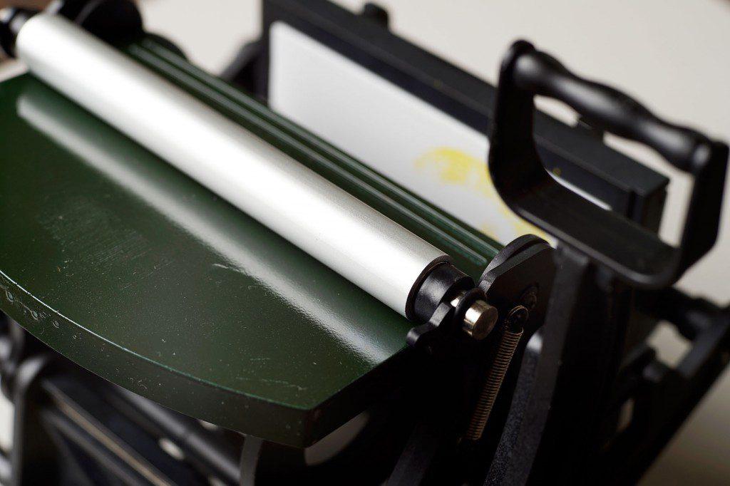 小さな活版印刷機 ローラーベアリング加工