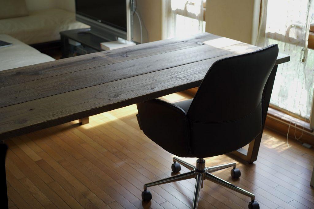 かなでもの「ラバーウッドテーブル チークブラウン Trapezoid 鉄脚」