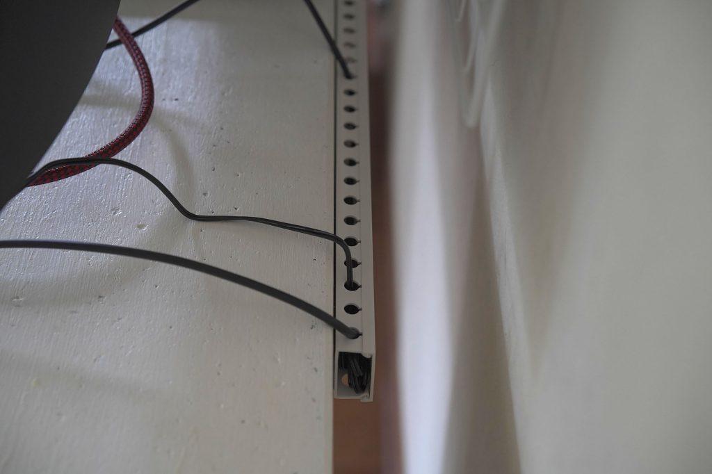 デスク周りのケーブル整理はデスク下や側面とモニター裏のスペース活用が大切